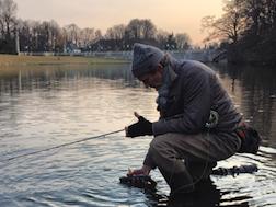 Artikkelforfatteren fisker ørret i Frognerparken i mars